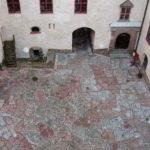 Borggårdens rullgrus ersätts med stensättning